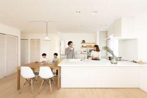 しっくい塗り オープンキッチン 対面キッチン デザイナーズ家具
