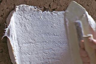 炭化コルクの上に漆喰塗り