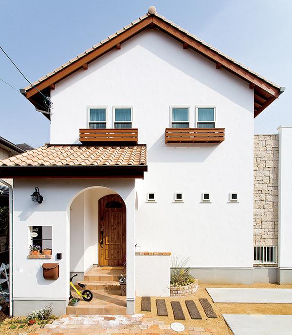 すっきりと町並みに映えるナチュラルテイストな外観、本物素材に癒しを感じる家
