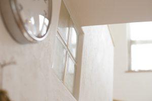 結露を抑える しっくい壁 塗り壁 ガラスブロック